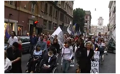 Luca Coscioni per le strade di Roma durante la manifestazione per la libertà di ricerca scientifica
