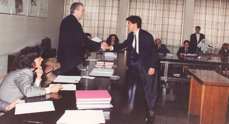 Luca stringe la mano al Presidente di Commissione di Laurea